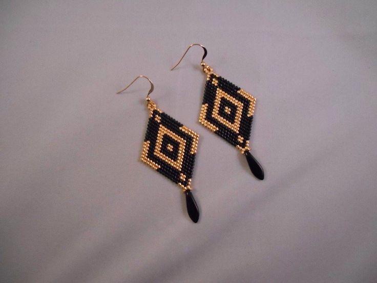 Boucle d'oreille losange en tissage peyote en perles miuyki noir doré et plaqué or