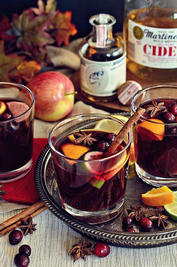秋になると飲みたくなるワインをベースにした、収穫の秋らしいカクテルです。  1. 赤ワイン、アップルサイダー(砂糖不使用)、はちみつを中火にかけます。 2. スパイス類(シナモン、バニラビーンズ、スターアニス、クローブ、ナツメグ)を5分以上ローストしてから1に足して、沸騰しないように気をつけて時々混ぜながら25~30分間火にかけます。 3. 火からおろしたらワインベースを濾して、ブランデー、フルーツ(レモン・ライム・クランベリー・オレンジ)を合わせたらグラスに注ぎ、シナモンやフルーツを添えたら出来上がりです。
