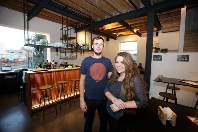 Daan en Justine serveren in hun gloednieuwe café elke dag kraakverse pistolets.-Foto Proot