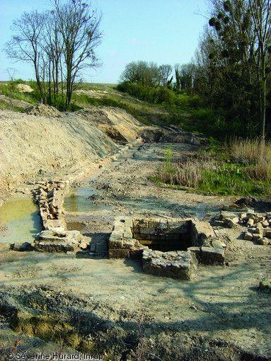 Bassin et système d'adduction d'eau situés dans l'emprise d'un étang asséché au Moyen Âge, abbaye cistercienne de Maubuisson (Val-d'Oise, 2005), 18e s.