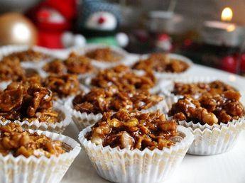 v nádobě nad parou rozpustíme med a cukr, přidáme máslo, čokoládu, nahrubo nasekané ořechy a nakonec v ruce pomačkané lupínky. Promícháme až se...