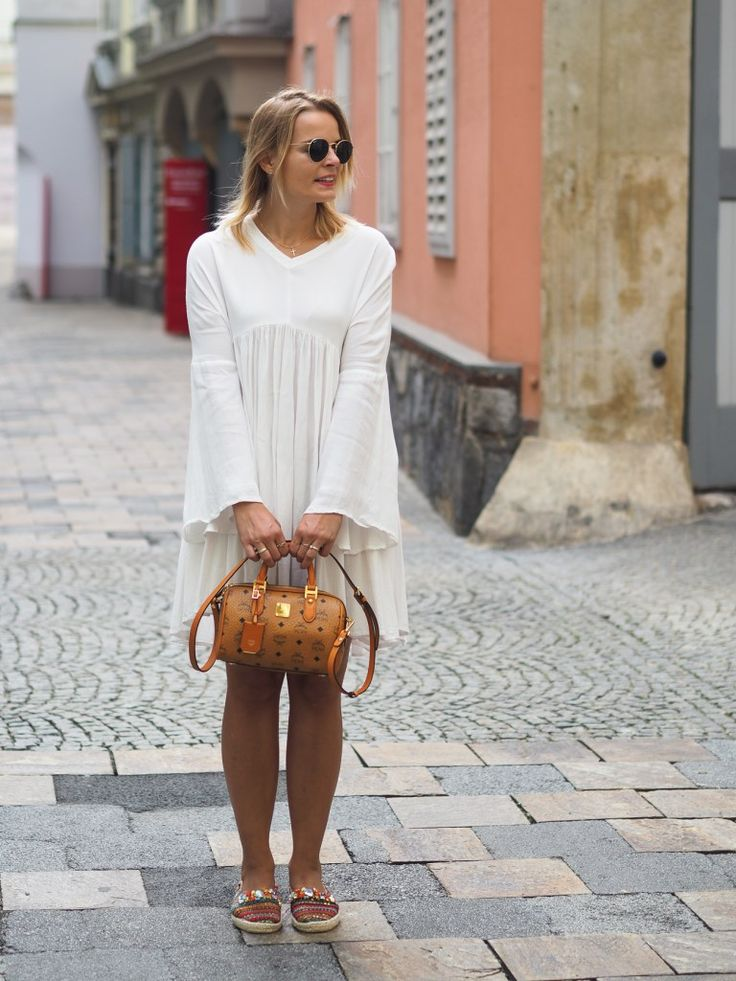 Weißes Kleid, white Dress, Summerlook, fashion, fashionblogger, mcm bag, streetstyle, espadrilles, blond, lakatyfox, blogger, MCM Tasche, ray ban
