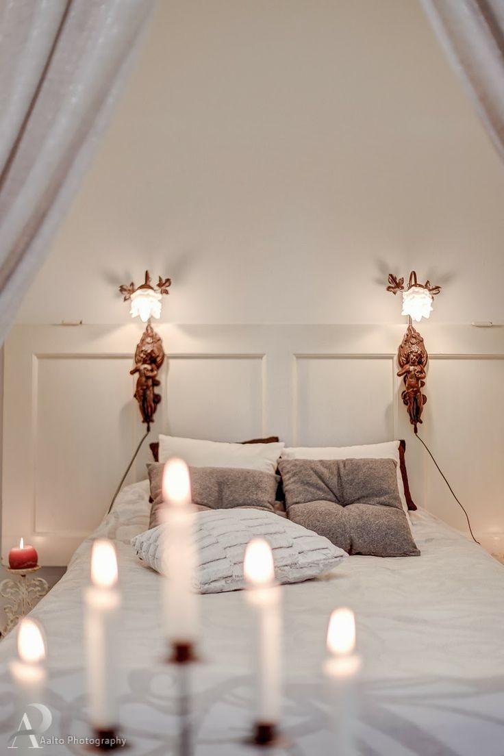 Ihanainen.com sisustussuunnittelu. Rakenna romanttinen sängynpääty vanhasta ovesta. Lisää vielä hippusellinen romantiikkaa asentamalla siihen kauniit valaisimet.