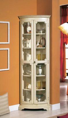 Угловая витрина от итальянского производителя Mirandola Export. Угловая витрина имеет две полукруглые стеклянные дверцы и полки. Модель выполнена в классическом стиле. Каркас сделан из дерева. Цветовая гамма по каталогу производителя. Прекрасная витрина Mirandola Export станет изящным дополнением Вашего интерьера.
