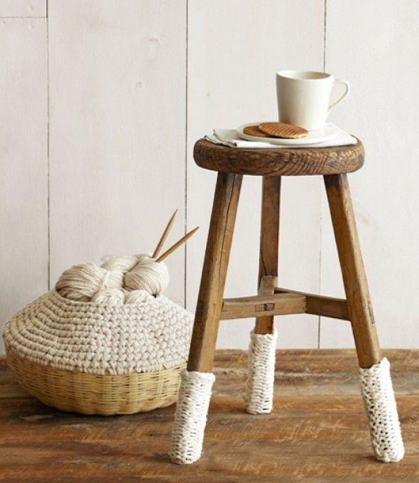 #DIY Brei-idee: pimp een eenvoudig krukje, door sokjes te breien voor de poten