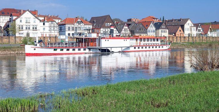 Minden (Nordrhein-Westfalen): Minden ist eine Große kreisangehörige Stadt im Nordosten des Bundeslandes Nordrhein-Westfalen. Mit 79.853 Einwohnern ist sie die viertgrößte Stadt der Region Ostwestfalen-Lippe. Die Stadt liegt an der Weser und ist Kreisstadt des ostwestfälischen Kreises Minden-Lübbecke im Regierungsbezirk Detmold. Minden bildet das historisch politische Zentrum des Mindener Landes.  Minden ist um das Jahr 800 gegründet worden. Die Stadt war bis zur Reformation Bischofssitz des…
