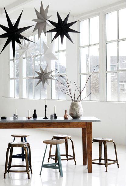 Tabouret en métal laqué disponible en noir et table en bois et zinc maison aimable · déco