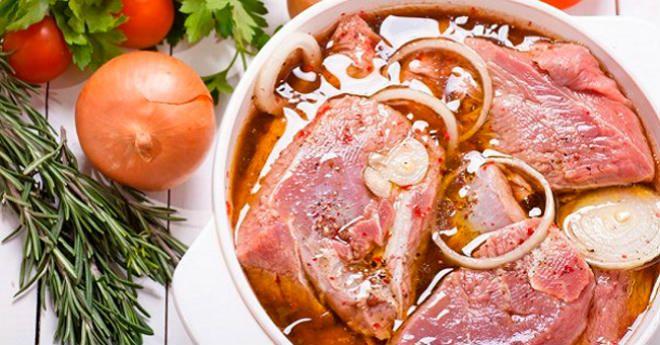 Май — это месяц, когда люди начинают активно выбираться из своих домов после «зимней спячки» поближе к природе. Практически все при этом жарят шашлыки на свежем воздухе. Тем, кто любит экспериментировать в кулинарии, стоит освоить несколько новых маринадов для шашлыка. Правильно выбранный маринад поможет полностью раскрыть вкус мяса. Предлагаем тебе 5 лучших рецептов, которые сделают тебя настоящим профи в готовке этого блюда. Маринад «Привет с Балкан!» (на 2 кг мяса ) Время приготовления: 3…