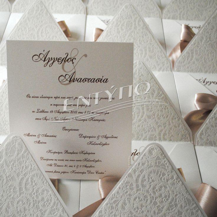 Προσκλητήριο γάμου τετράγωνο 19χ19 με περλέ χαρτί με εσωτερική επένδυση χαρτί με ανάγλυφη δαντέλα δεμένο με κορδέλα σατέν διπλής όψης χρώμα latte....