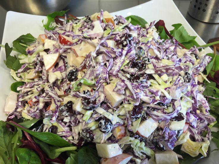 En dejlig spicy salat med tofarvet spidskål. Spis den som tilbehør til oksekød eller til en svinekotelet. 1 hoved spidskål snittet 1 hoved rød spidskål snittet 4-5 røde æbler i tern 150 g. Tørret tranebær evt. 1 bakke babymix salat som bund. Behøves ikke men strækker salaten lid længere Dressing: 4-5 spsk. Hellmans mayonnaise 500…