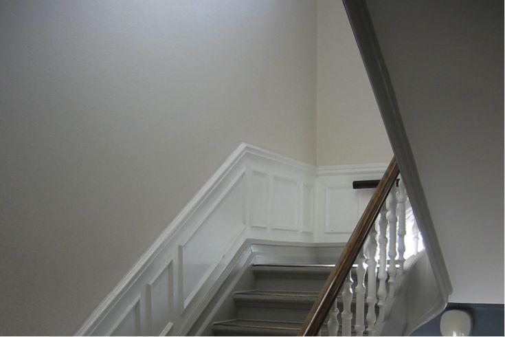 Trappeopgang med hvide paneler