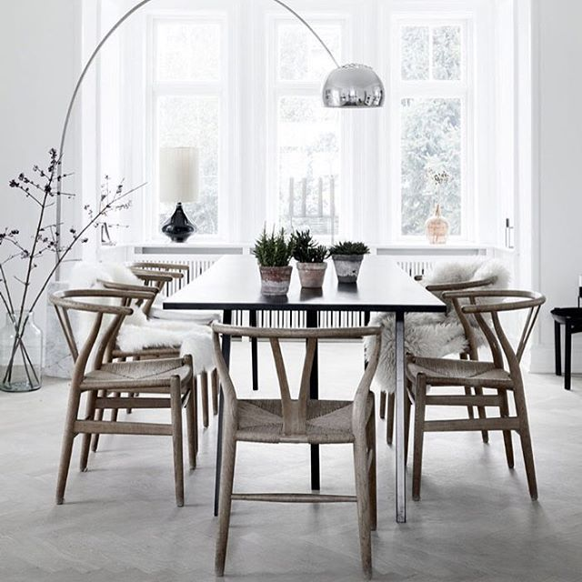 CH24 / Wishbone chair by Hans J. Wegner | Carl Hansen @carlhansenandson Dining table Loop | HAY @haydesign Photo Pernille Kaalund (Bo Bedre) via nordicdesign.ca #hansjwegner #ch24 #wishbonechair #danskdesign #danishdesign #scandinaviandesign #denmark #inspiration #inredning #interior #haydesign #looptable #furniture #diningchair #diningtable