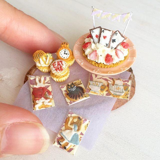 Alice In wonderland sweet time とりあえずワンセット完成しました(*^^*)後ほどヤフオク出品します♩ ケーキスタンドにはギリシャ数字で時計のように時間を刻んでみました。カップケーキには懐中時計やキノコ、eat me クッキーを。 #ミニチュアフード#ミニチュア#ドールハウス#食品サンプル#ハンドメイド#カップケーキ#アイシングクッキー#不思議の国のアリス#aliceinwonderland #miniaturefood #miniature #dollhouse #handmade #cupcakes