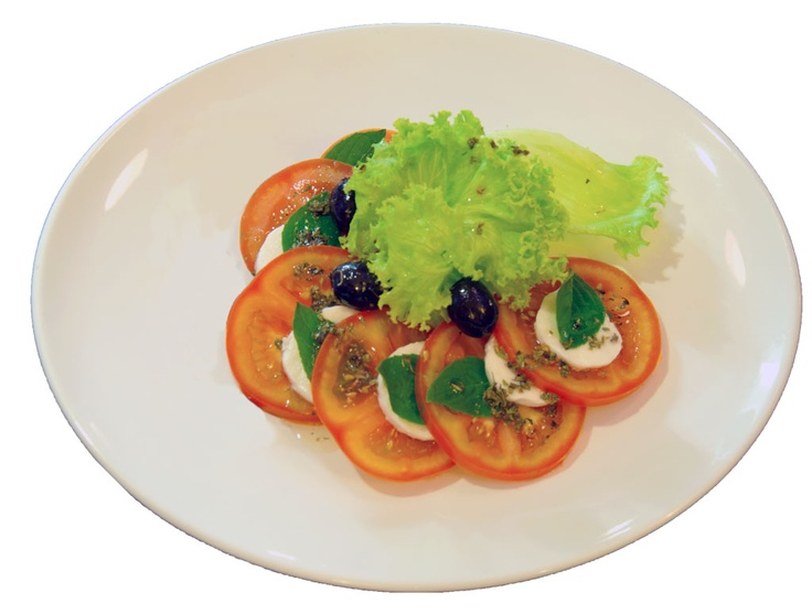 Salada Caprese :: alface americana, tomate, mussarella de búfala, folhas  de manjericão, azeitonas  roxas e molho pesto