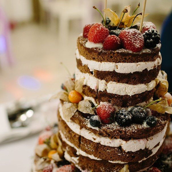 """Идеальный """"голый"""" торт. Свадебный торт с шоколадными открытыми коржами, украшенный лесными ягодами. Сhocolate naked layer cake dressed with berries"""