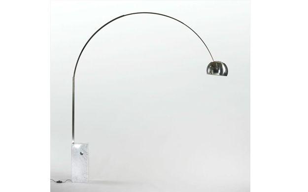 """""""Lampara de arco"""": Fue creada por los hermanos Castiglioni en 1962. Se han fabricado incontables versiones e imitaciones. Hasta entonces, nadie había propuesto una solución que permitiera convertir una lámpara de pie en una fuente de iluminación superior. El interés de los hermanos Castiglioni por la funcionalidad ligada a la estética les lleva a inspirarse en la las lámparas de iluminación callejera para diseñar esta pieza icónica y representativa del diseño italiano."""