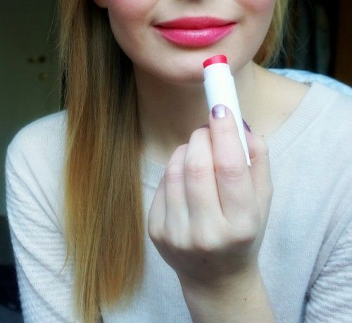 And just like that I made a DIY version of Maybelline Baby Lips. I love Baby Lips Lip Balm. Especially 'Cherry Me' is a great, wearable everyday red lip gloss. Unfortunately, after a couple of days...