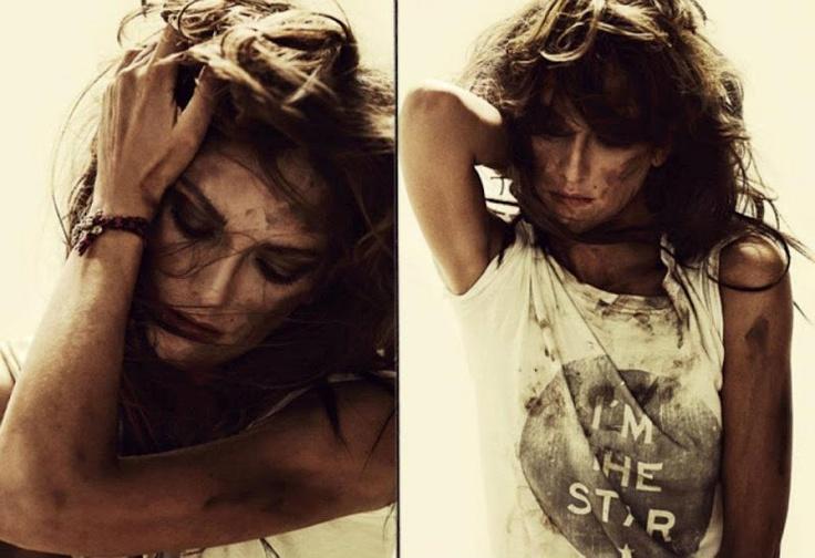 Y par de camisetas HIP TEE...y par de impresionantes fotos de LAURA PONTE....