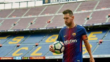 Sem torcida em dia caótico, líder 100% Barcelona vence Las Palmas com dois de Messi