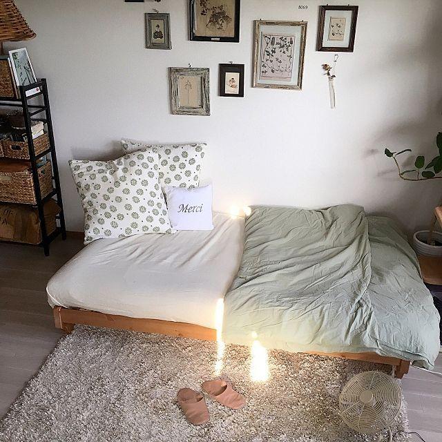 女性で、1Rの楽天で買ったもの/北欧家具/北欧/シャビーな雰囲気が好き/雑貨/ねこのいる風景…などについてのインテリア実例を紹介。「普段はロフトで寝てるんですけど サウナ状態で命の危険を感じたので(笑) 最近はこのソファベッドで寝てますzzz こうなる事を予想してソファベッドはこだわりましたー! 簡易的な感じのソファベッドじゃなくて、ベッドとしてぐっすり寝たい!!( ´⚰︎` ) と思って辿り着いた北欧ソファベッド君!! 君 本当にすごいよ( ´⚰︎` )!!(笑) セミダブルのサイズになるから 実はロフトよりもソファベッドの方が快適に寝れる事に気付いてしまった(笑)(*・艸・) 」(この写真は 2017-07-10 19:01:03 に共有されました)