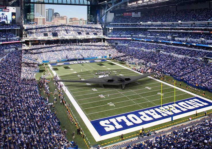 O bombardeiro B-2 é um dos mais avançados e caros e aviões do mundo. O que a maioria das pessoas não percebe é o quão grande essa coisa realmente é. A envergadura de um B-2 é de 52 metros, 3 metros mais amplo do que um campo de futebol americano da NFL.