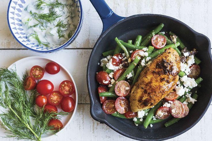 Dans les recettes Goodfood, les légumes frais ne jouent jamais les seconds rôles. Dans ce plat, nous avons mis au point la salade d'haricots verts ultime pour accompagner des poitrines de poulet rôties et du tzatziki maison. En associant des haricots croquants avec de tomates cerises douces, du féta émietté et un filet de vinaigrette acidulée, nous avons atteint l'équilibre parfait entre le croquant et l'acide. Cette création de notre cuisine laboratoire est exactement ce dont nous avions...