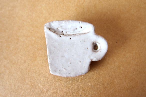 陶器ブローチ カップ (白)