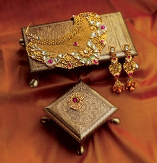 Gold jewellery grants that royal look to your personality. In this set you can walk across the room with radiant confidence while others just envy you!