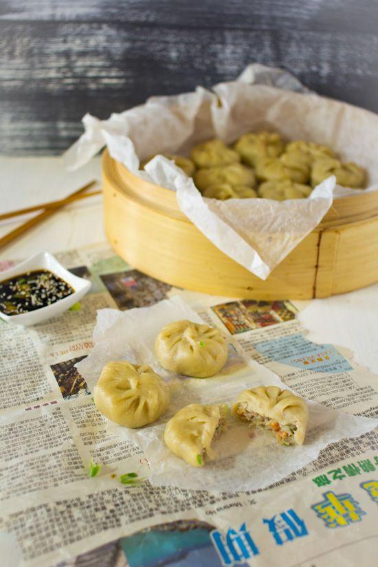 Gehakt garnalen dumplings recept. Sappige gestoomde pakketjes. Met lente-ui en knoflook als smaakmaker. Recept voor deeg, vulling en dipsaus.
