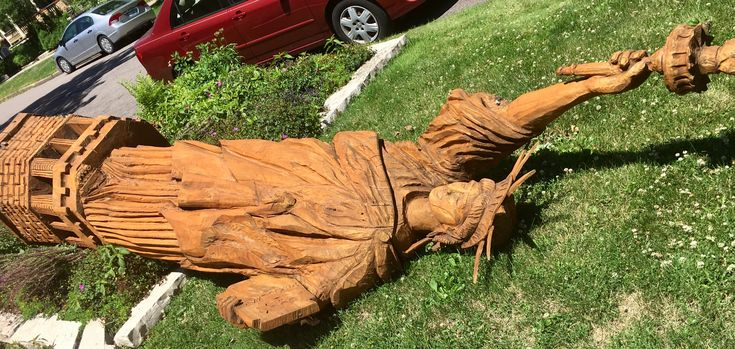St. Paul woman's 11-foot Statue of Liberty replica topples