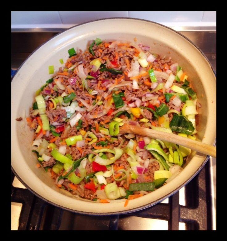 Het gerecht dat élk kind lust: spaghetti. Alleen waarom trekken ze hun neus op voor de groenten erbij? Onze culinair redacteur Leonora Reijn tipt haar spaghetti-groente-gerecht, waarmee ze het hele gezin aan tafel krijgt.