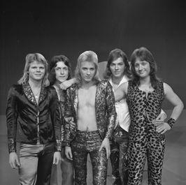 Catapult in Toppop 1974. Catapult was een  Leidse muziekgroep in de beginjaren 70. Hazes nam 40 liedjes van Cat Music op. Daarnaast behaalde de eveneens Leidse rockgroep Tower begin 1982 een 11e plaats met See You Tonight van Catapult.