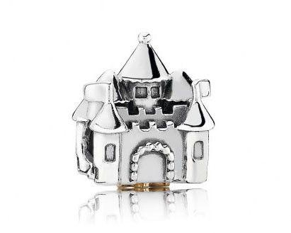 Pandora Kasteel bedel in zilver en goud 791133PCZ. Begin jouw eigen sprookje met deze magische bedel met kasteel en kroon. Onder het kasteel zit een gouden kroon, waardoor deze bedel een mooi geschenk is voor uw eigen koningin. https://www.timefortrends.nl/sieraden/pandora.html