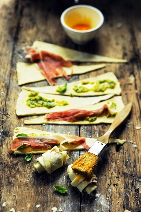 Small croissants with pesto and ham