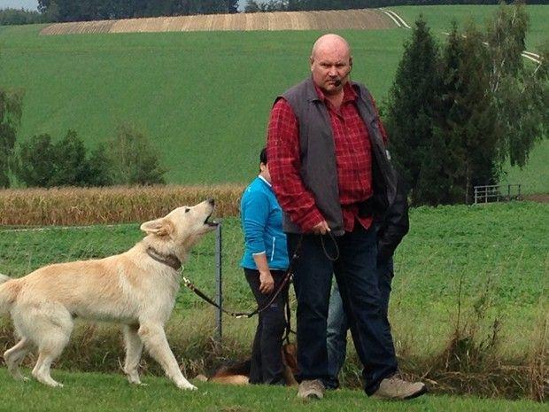 Hundeschweiger Bernhard Kainz mit bellenden Hund