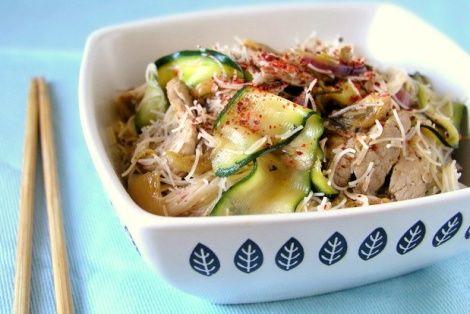 Kompozycja Pani Teresy na koreańskie danie jakim jest KimChi z wieprzowiną i makaronem. Ciekawym dodatkiem tego dania jest makaron sojowy, który znakomicie dopełnia smak orientalnej potrawy. Danie jest dobrze doprawione a cała kompozycja idealnie ze sobą