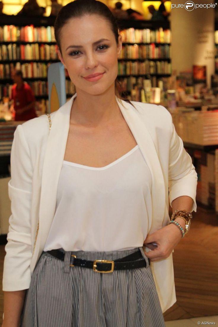 Neste look, Paolla Oliveira combinou saia de listras com um blazer branco. Detalhe do cinto, mais uma vez, marcando a cintura da atriz