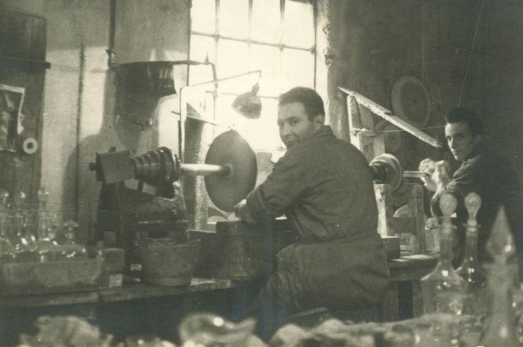 From Wikiwand: Incisione del vetro con ruota di carborundum (1960)