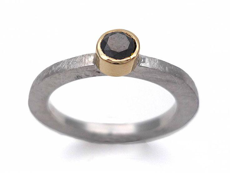 Enamorados.  Anillo plata y oro con diamante negro talla brillante. Anillo diamante. Anillo piedra negra. Piedra negra. Anillo compromiso