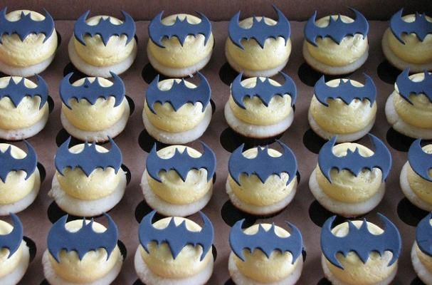 Batman Cupcakes...gotta save this for the bf's bday treat haha