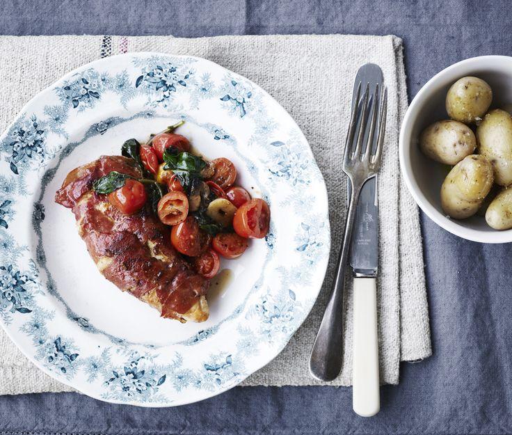 På blot 35 minutter kan du servere denne kylling med parmaskinke og stegte tomater, og det gør den til perfekt hverdagsmad.