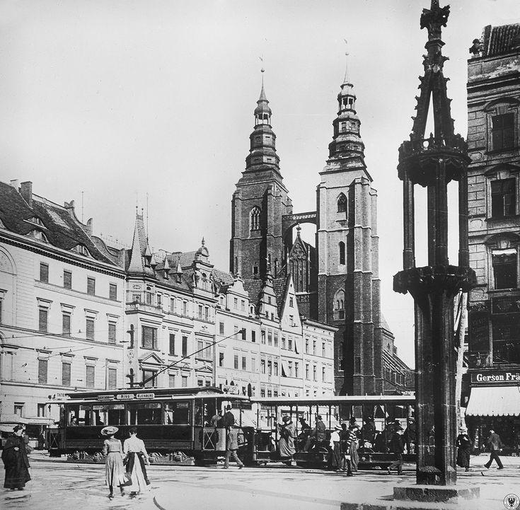 Wschodnia strona Rynku z widocznym Kurzym Targiem i kościołem św Marii Magdaleny. Brak jeszcze domu towarowego Feniks. Rok 1903