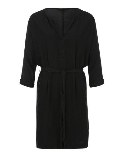 MbyM ruft mit dem leichten Blusenkleid ´Basalia´ genau den richtigen Begleiter für warme Tage auf den Plan. Leistentaschen und ein schmaler Stoffgürtel machen den Look des femininen Kleides aus.