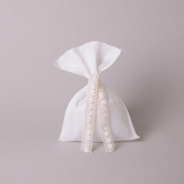 Μπομπονιέρα Γάμου Πουγκί  - Οι μπομπονιέρες κατασκευάζονται στο κατάστημά μας και γίνονται αλλαγές σε σχέδιο, χρώμα και ύφασμα για να ταιριάζουν με το ύφος του γάμου σας.