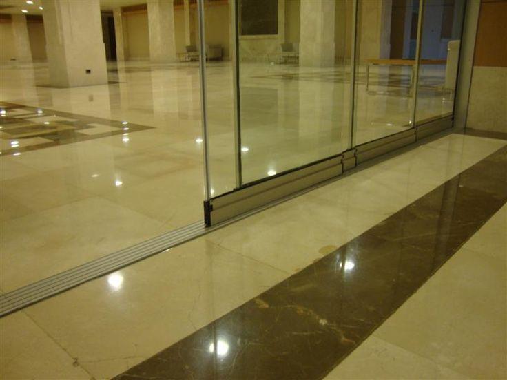 Sürme Eşiksiz Cam Balkon kapama sistemleri genelde ofis bölmeleri oda bölmeleri vb yerlerde uygulanır, Eşiksiz oluşu ayak takılmasını engellemektedir