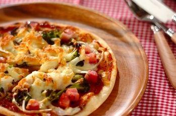 ゴロゴロベーコンとブロッコリーの薄焼きピザ