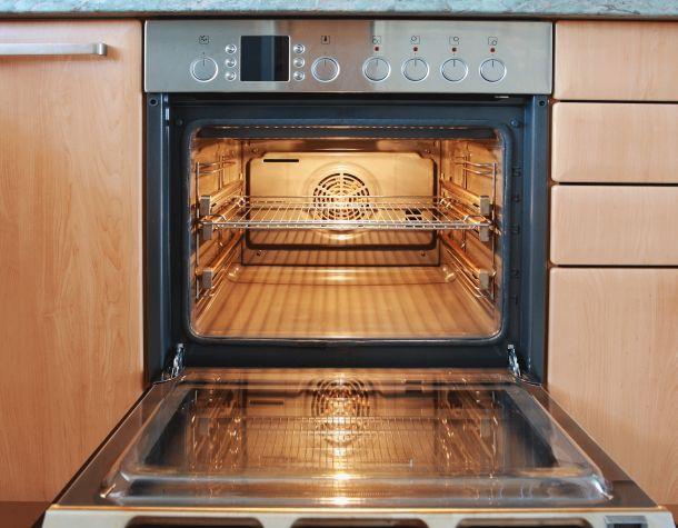 Det er lettere at få en ren ovn, end mange nok går og tror. Det kræver lidt knofedt, udstyr og den rigtige viden. Den viden får du her.