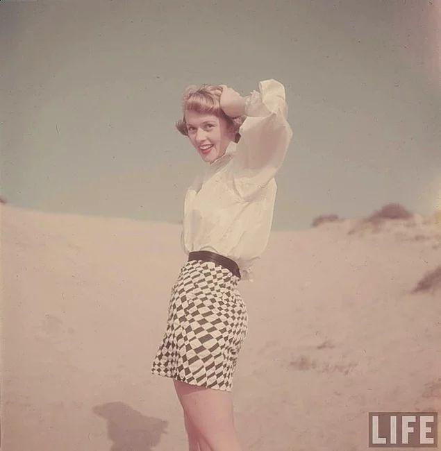 Kaliforniya'da bir kadın plaja giderken, 1950'ler.