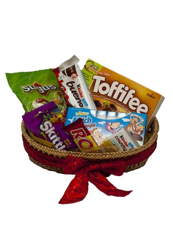 Cos cu bomboane si ciocolata Niciodata nu e prea tarziu sa te simti copil. Noi intelegem acest lucru cel mai bine. Cos cu dulciuri pentru copii.