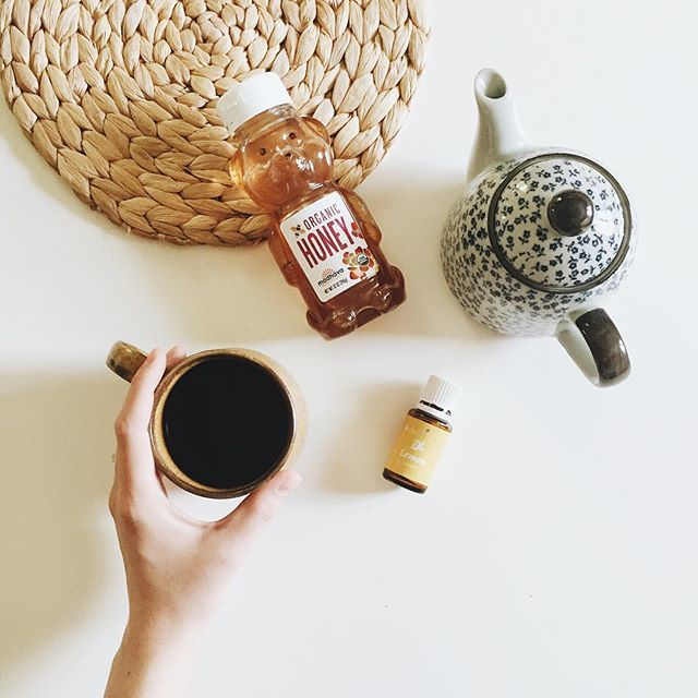 Morning pick-me-up! ☀️ A few drops of Lemon EO mixed with honey and stirred into French Earl Grey tea. ✨ (Also: 3 weeks since our last post? Whaaaaat? 🙈 time flies with a baby - missed you all!)